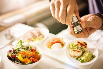 Vì sao thức ăn trên máy bay thường có vị nhạt