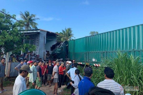 Xe container đâm sập nhà ven đường, bà hàng xóm chết thảm
