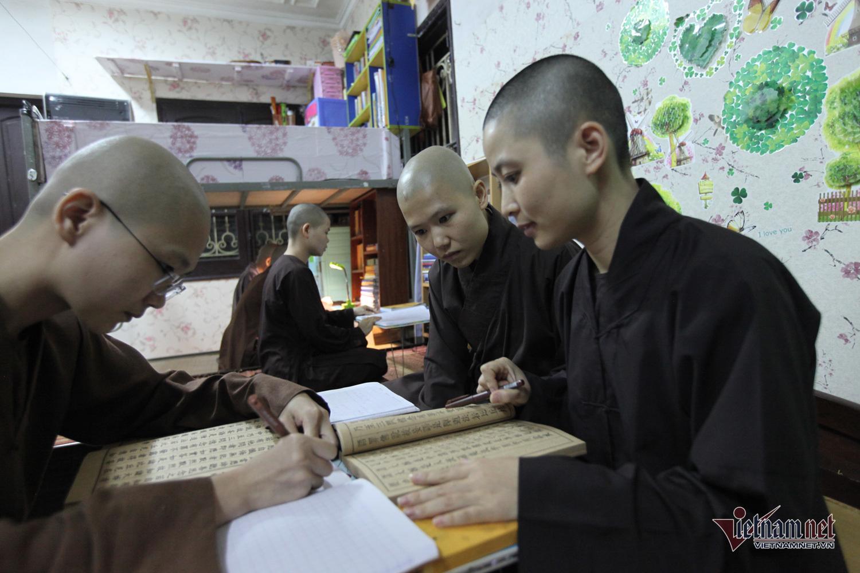 Ni sư hái hoa, sư tăng đá bóng sau giờ học căng thẳng ở HV Phật giáo Việt Nam