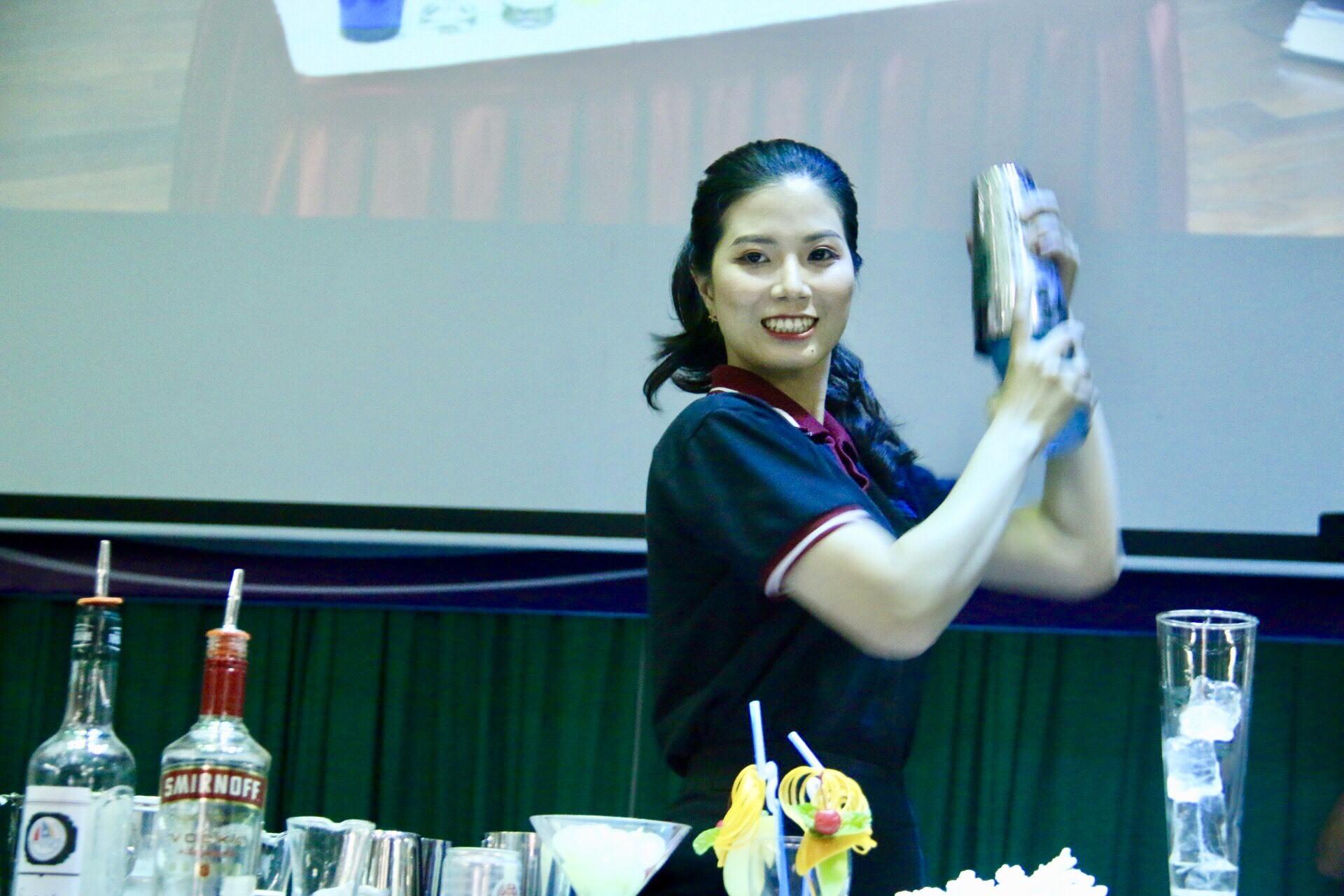 Nữ sinh xinh đẹp nổi bật với màn trình diễn pha chế điêu luyện