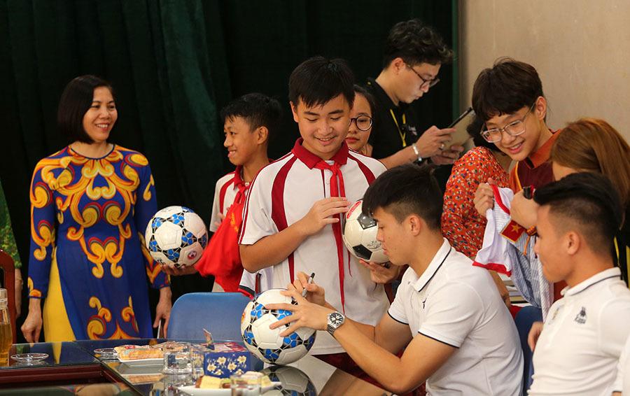 Quang Hải 'ghi bàn', giúp fan nhí sang Malaysia cổ vũ tuyển Việt Nam
