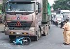 Xe container kéo lê xe máy ở Sài Gòn, bố mẹ chết thảm, con gái nguy kịch
