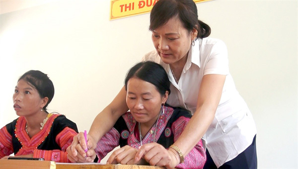 Hoa Binh,Mai Chau District,Mong ethnic woman,help eradicate illiteracy,Vietnam education,Vietnam students,Vietnam children,Vietnam education reform,vietnamnet bridge,english news,Vietnam news,vietnamnet news,Vietnam latest news,Vietnam breaking news,Vietn