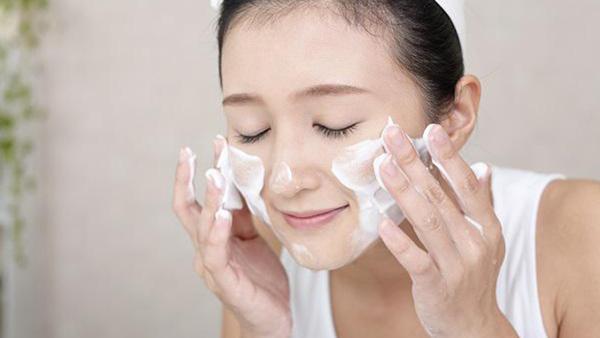Bỏ ngay thói quen rửa mặt sai cách khiến mụn ngày càng nhiều