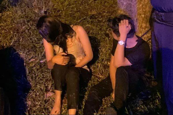 Bị bắt quả tang 'yêu' trong ôtô, cặp đôi phi xe xuống mương
