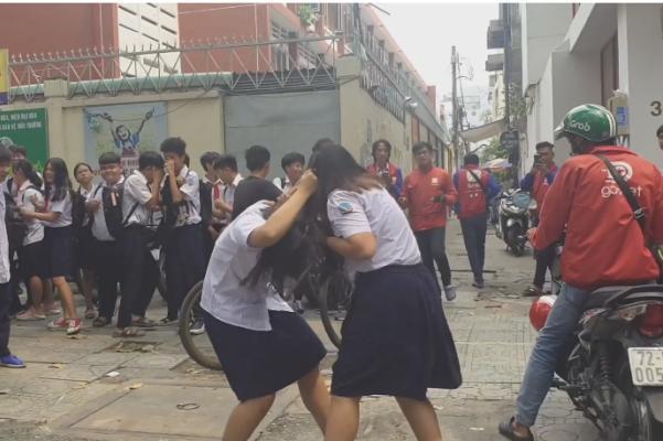 Hai nữ sinh đánh nhau trước cổng trường, nhiều học sinh khác hò reo