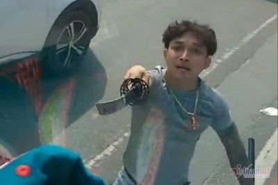 Công an triệu tập kẻ vung kiếm chém nát kính xe tải ở Bình Dương