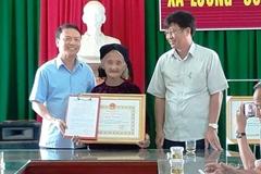 Thanh Hóa tặng bằng khen cho cụ bà 83 tuổi đạp xe xin thoát nghèo
