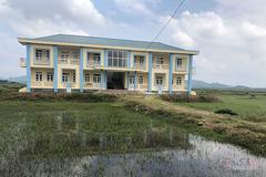 Trường tiền tỷ bỏ hoang giữa cánh đồng, trẻ phải học nhờ trên đất đền
