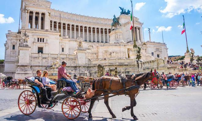 Kiến nghị cấm xe du lịch ở Rome sau khi ngựa ngã gục trên đường phố