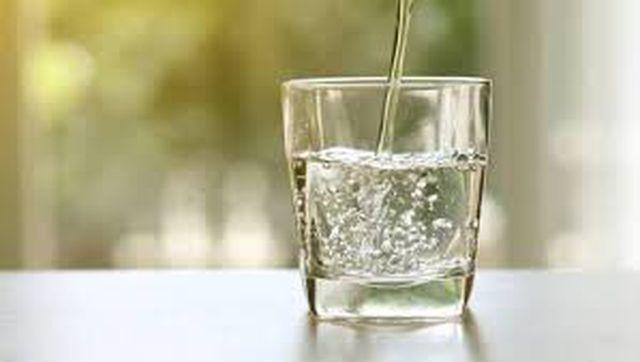 Thực khách uống miễn phí nước tái chế từ nhà vệ sinh