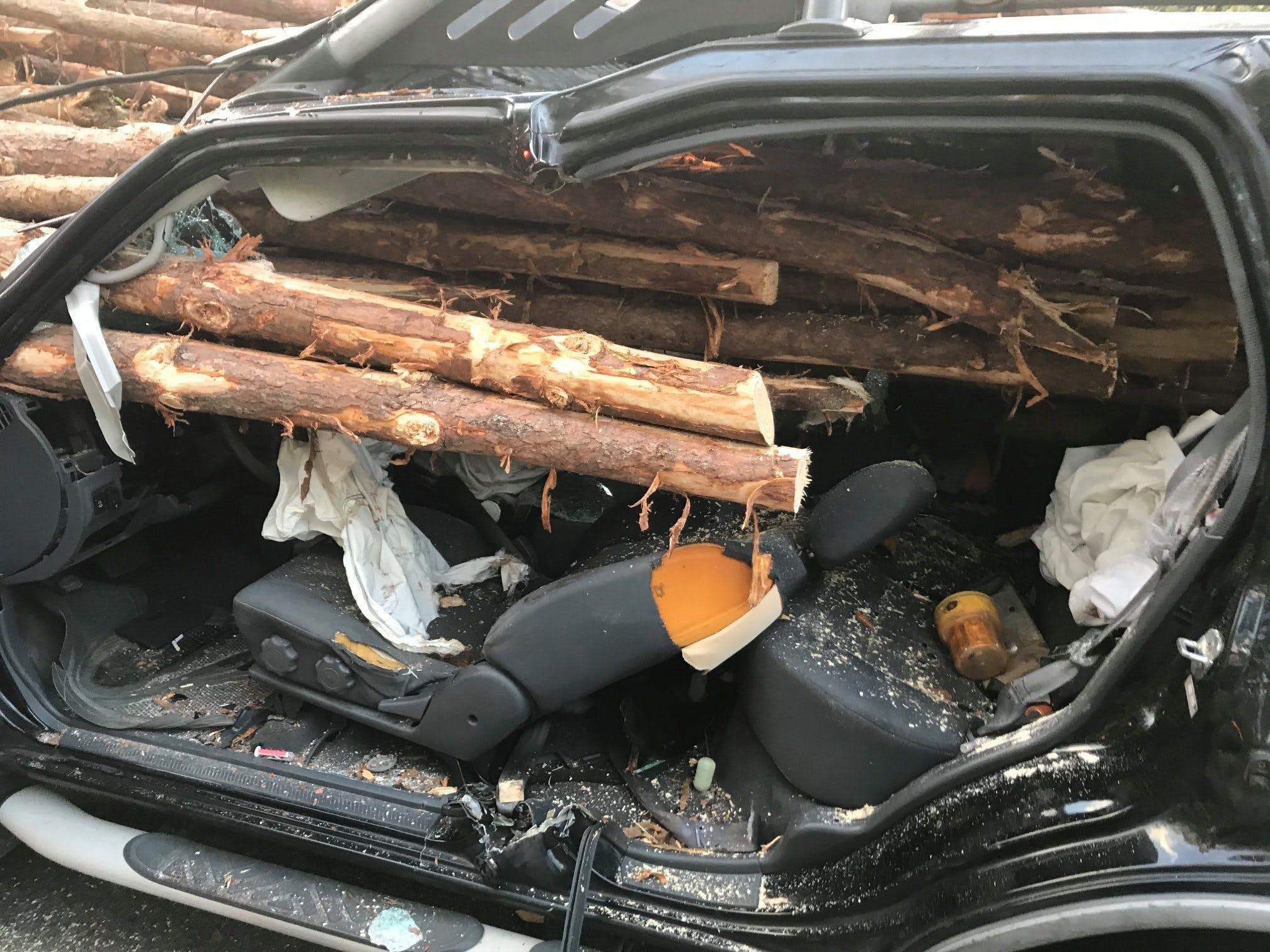Hàng chục cây gỗ đâm xuyên ô tô, tài xế thoát chết thần kỳ