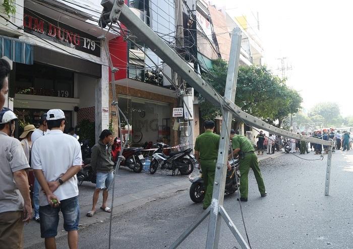 Khung sắt từ tòa nhà cao tầng rơi trúng 2 vợ chồng đi đường ở Đà Nẵng