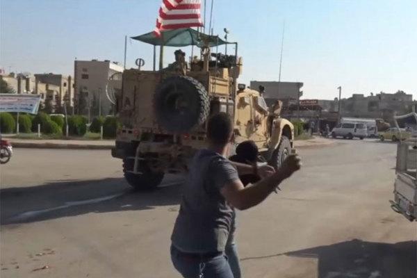 Cảnh lính Mỹ bị dân Syria ném tả tơi trên đường rút