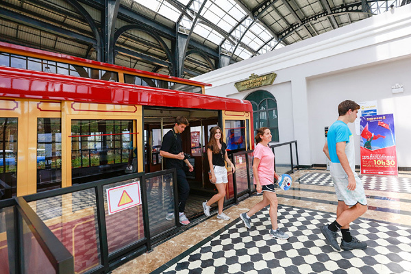 Ga tàu hỏa leo núi Mường Hoa- sàn catwalk độc, lạ của show thời trang Lê Thanh Hòa