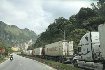 Nearly 400 vehicles transporting farm produce remain stuck at Vietnam-China border gate