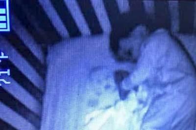 """Mẹ rụng rời thấy """"hồn ma"""" ngủ cùng con trai suốt đêm"""