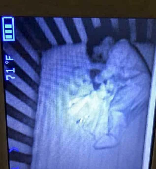 Mẹ rụng rời thấy 'hồn ma' ngủ cùng con trai suốt đêm