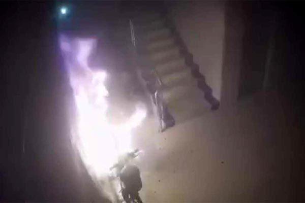 Xe đạp điện phát nổ như pháo hoa trong lúc sạc
