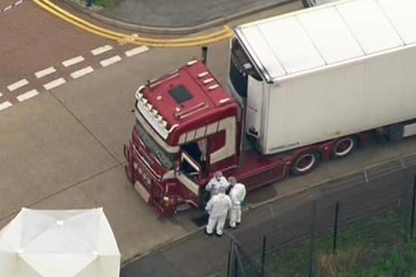 Cảnh sát Anh phát hiện hàng chục thi thể trong thùng xe