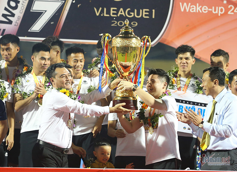 Khoảnh khắc cầu thủ Hà Nội nâng cúp vô địch đầy cảm xúc