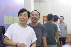 Hoài Linh vắng mặt, Trấn Thành ăn cơm hộp tập luyện liveshow Chí Tài
