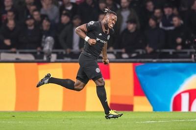 Chelsea thắng nghẹt thở Ajax nhờ công Batshuayi