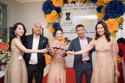 NSND Công Lý chúc mừng Ninh Nguyễn làm đại diện Corset Miền Bắc