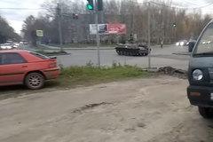 Xe tăng Nga lao như điên trên đường, đâm uỳnh vào ôtô