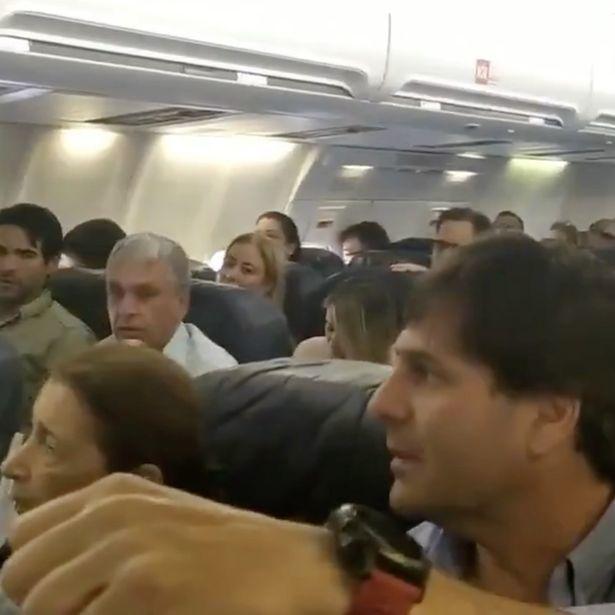 Hành khách nắm tay cầu nguyện, nốc rượu khi máy bay hạ cánh khẩn