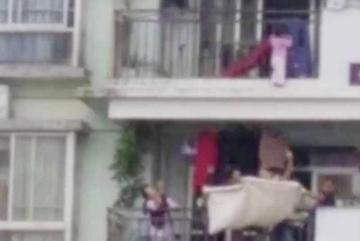 Bé gái lơ lửng trên tầng 9, hàng xóm vội lấy chăn ra hứng