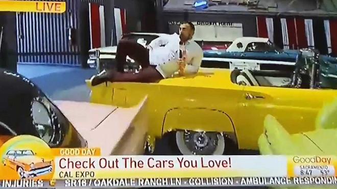 Phóng viên nhảy lên xe khoe dáng tại triển lãm