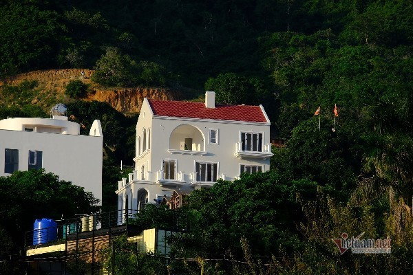 Biệt thự 'khủng' xây trái phép trên núi ở Nha Trang