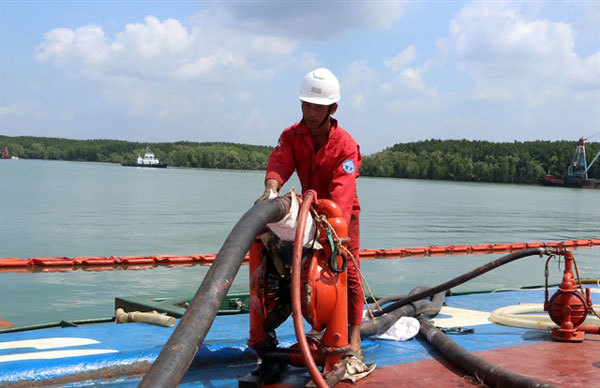 Fifty tonnes oil pumped out of sunken ship in Long Tau River