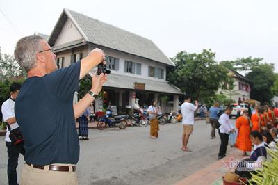 Khách Tây thích thú quay phim, chụp ảnh đoàn nhà sư đi khất thực lúc sáng sớm