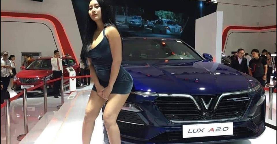 Cô gái váy ngắn nhảy lên ô tô triển lãm chụp ảnh 'khoe hàng'