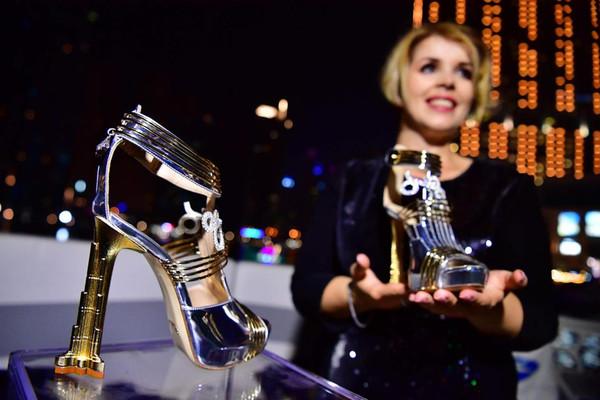 Đôi giày đắt nhất thế giới làm từ kim cương, thiên thạch và vàng