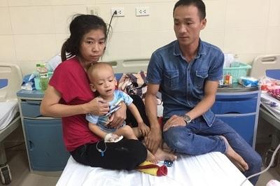 Xót xa cảnh cháu bé 22 tháng tuổi bị ung thư gào khóc đến kiệt sức