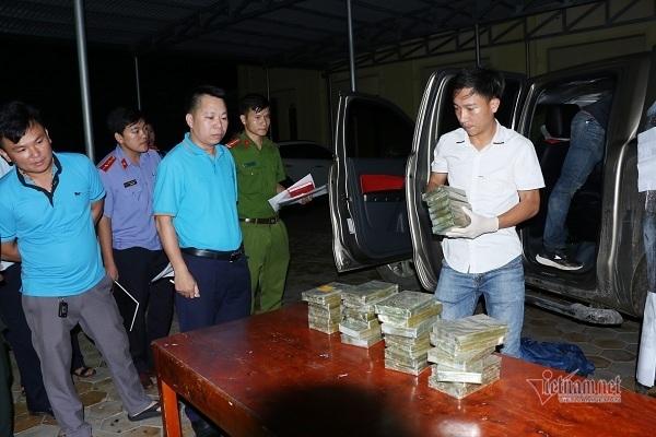 Xe bán tải chở ma túy tông thẳng vào xe công an Hà Tĩnh