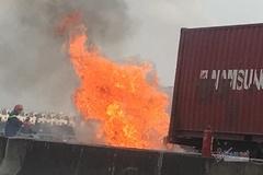 Xe container cháy ngùn ngụt trên đường dẫn cao tốc Long Thành
