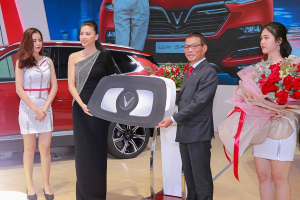 Đại sứ Vinfast Ngô Thanh Vân nhận xe 1,7 tỷ đồng
