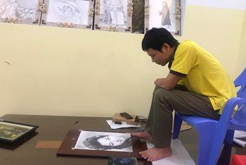 Chàng trai cụt tay vẽ chân dung nghệ sĩ Việt bằng chân đẹp như ảnh