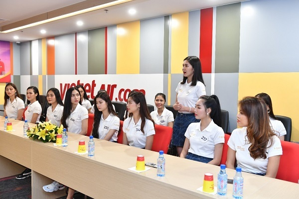 Thí sinh Hoa hậu Hoàn vũ VN khám phá Học viện Hàng không Vietjet