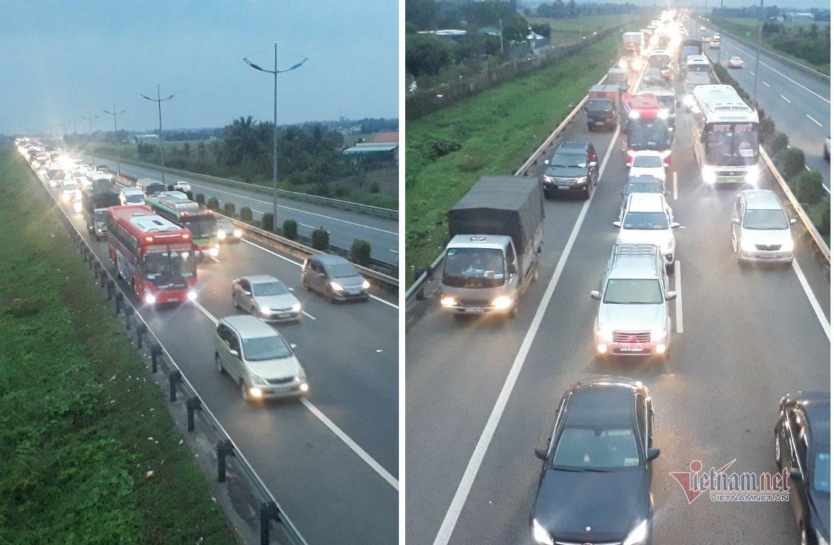 Ô tô chạy 'rùa bò', xe máy làm loạn trên cao tốc Trung Lương