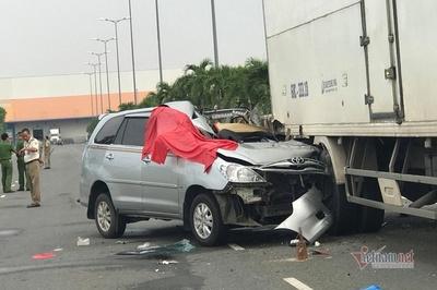 Ô tô găm chặt đuôi xe tải đang đỗ ở Sài Gòn, tài xế thiệt mạng