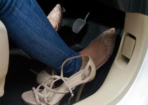 Phụ nữ mặc quần jeans và quần lửng không được thi bằng lái xe