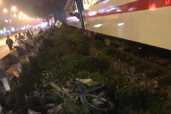Thanh niên Hà Nội bị tàu đâm nguy kịch, xe máy văng xa nhiều mét