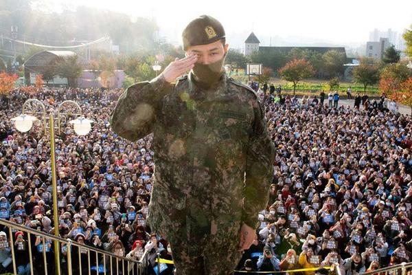 Hơn 3000 người hâm mộ và phóng viên đến đón G-Dragon ngày xuất ngũ