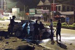 Ô tô nát vụn sau cú tông trời giáng của xe khách, 3 người Nghệ An tử vong