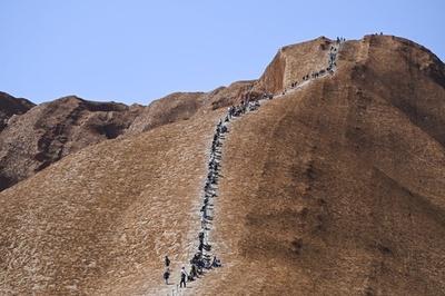 Du khách đổ xô đến núi thiêng Australia trước lệnh đóng cửa vĩnh viễn